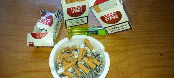 Zigaretten und Aschenbecher